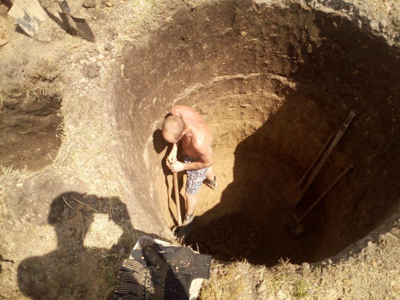 Процесс копки выгребной ямы